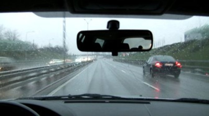 5 lucruri de care sa tii cont la condusul pe ploaie